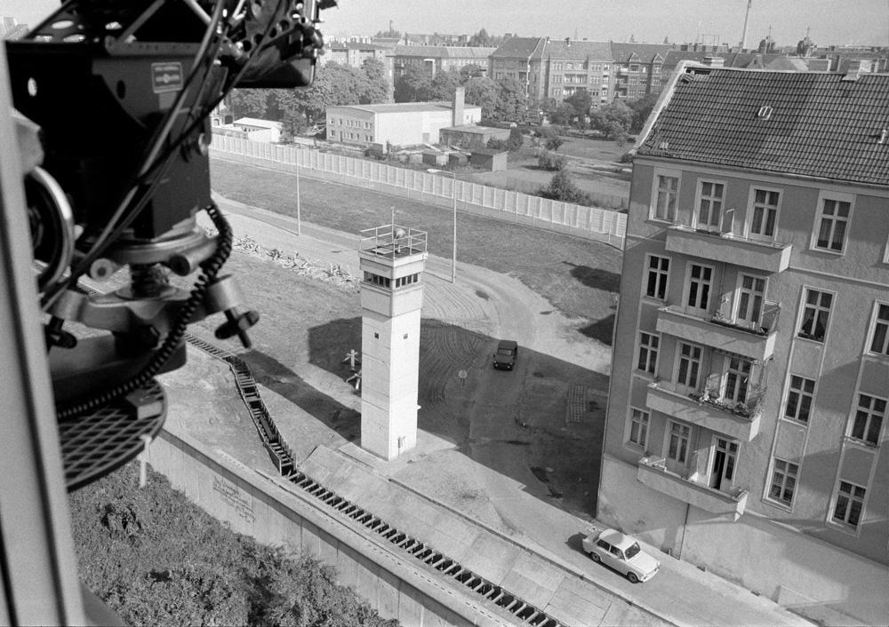 Haus Elsenstraße 41 und Wachturm. Produktionsstill Gerd Conradt 1986